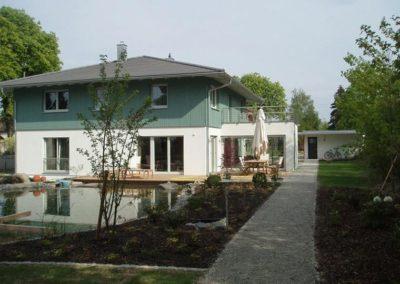 weiß blaues Haus mit Holzfassade von Holzbau Zimmerei Reichart