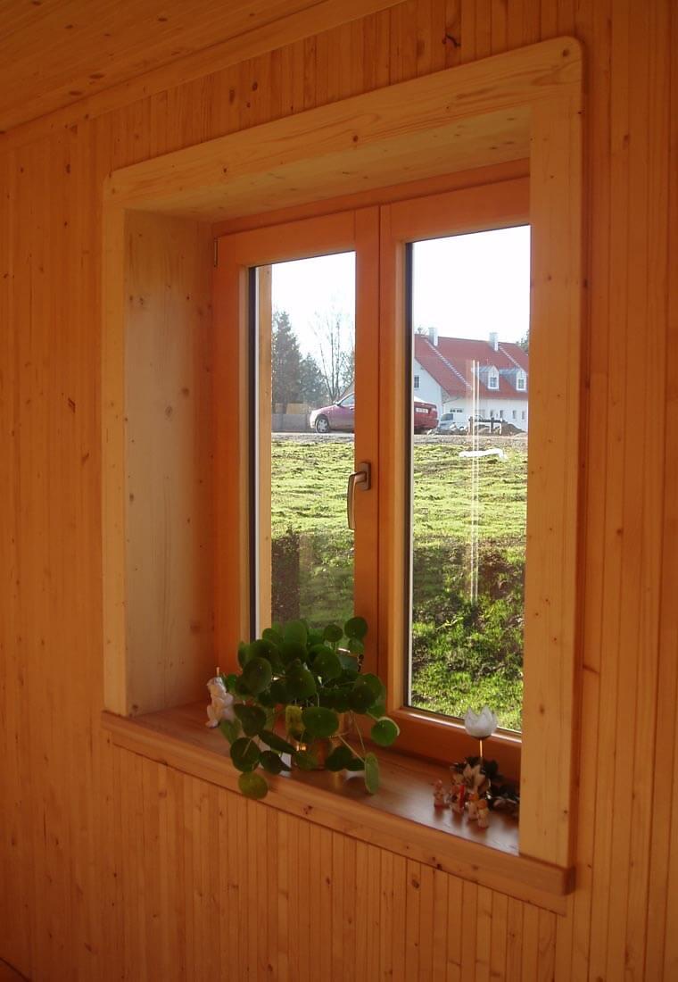 Fenster in einem Holzhaus im Allgäu