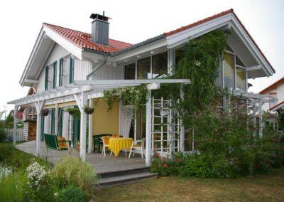 Haus mit Holzterasse vonHolzbau Zimmerei Reichart