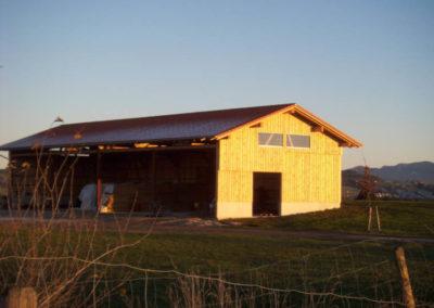 Außenansicht eines Stalles von Holzbau Zimmerei Reichart