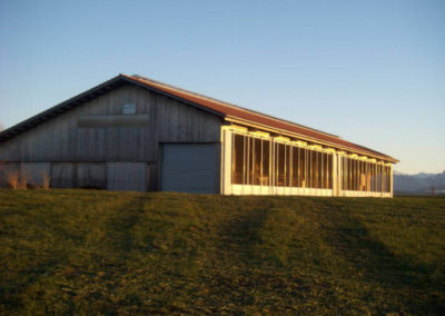 weitere Außenansicht der Stallung von Holzbau Zimmerei Reichart