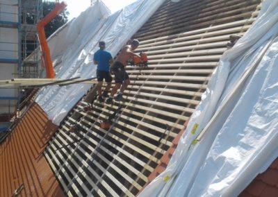 Sanierungsarbeiten an einem Dach
