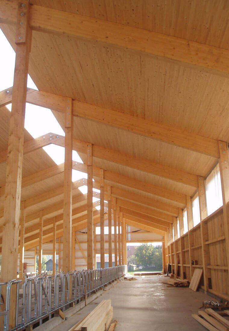 Aufbau eines Holzstalls durch Zimmerei Reichart